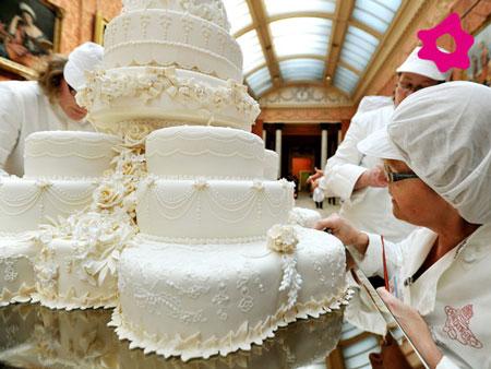 torta multipiano riccamente decorata