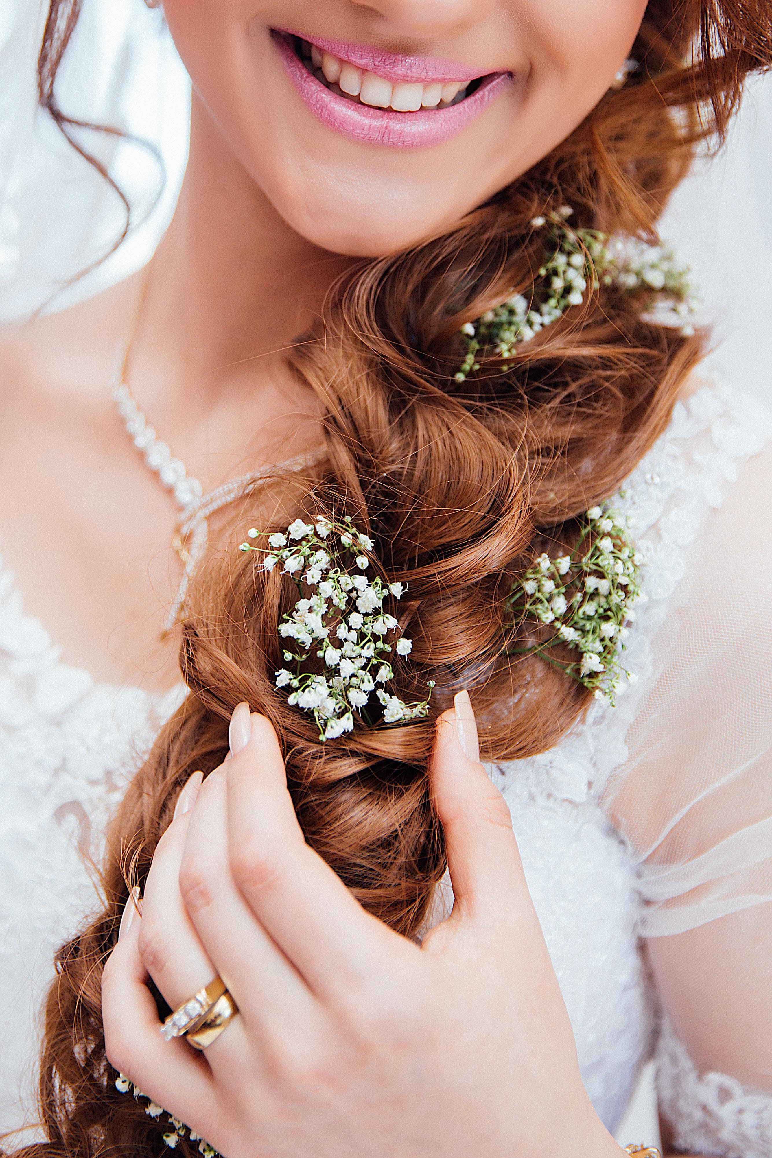 1b47ce17191a Quale donna non dedica un attenzione particolare alla propria acconciatura  da sposa  Una chioma perfetta così come il giusto make-up rappresentano  aspetti ...